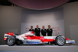 Toyota Racing team members pose with the with the Toyota TF107