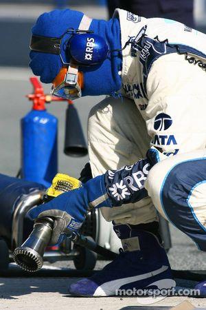 Williams F1 takım elemanı prepares pit stop practice