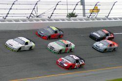 Paul Menard devant le groupe de voitures