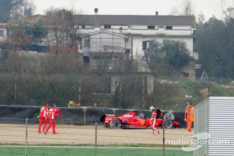 Felipe Massa crashes the F2007