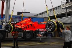 Spyker-Ferrari F8-VII is loaded to tırı via a crane