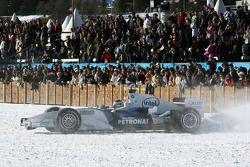 Nick Heidfeld im BMW-F1-Auto auf Spike-Reifen im Schnee von St. Moritz