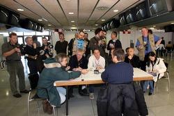 Gerhard Berger, Scuderia Toro Rosso; mit Journalisten
