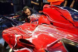 Race engineer Ricardo Adami and Vitantonio Liuzzi in the new STR2