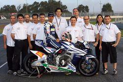 Марко Меландри, Team Gresini позирует с членами команды