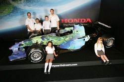 Jenson Button ve Rubens Barrichello pose ve kids ve Honda F1 Racing RA107 its yeni renk düzeni