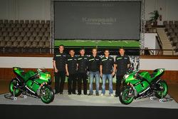 Kawasaki Racing Team : Randy de Puniet et Olivier Jacque posent avec les membres du team Kawasaki