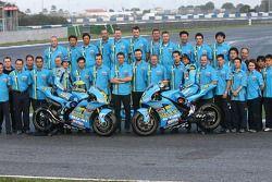Крис Вермёлен, Rizla Suzuki и Джон Хопкинс, Rizla Suzuki позируют с членами команды Suzuki