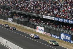 Greg Biffle lidera un grupo de coches