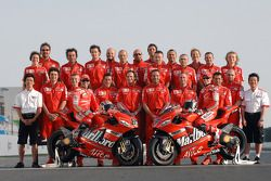 Foto de grupo: Loris Capirossi y Casey Stoner pose con los miembros del Ducati team