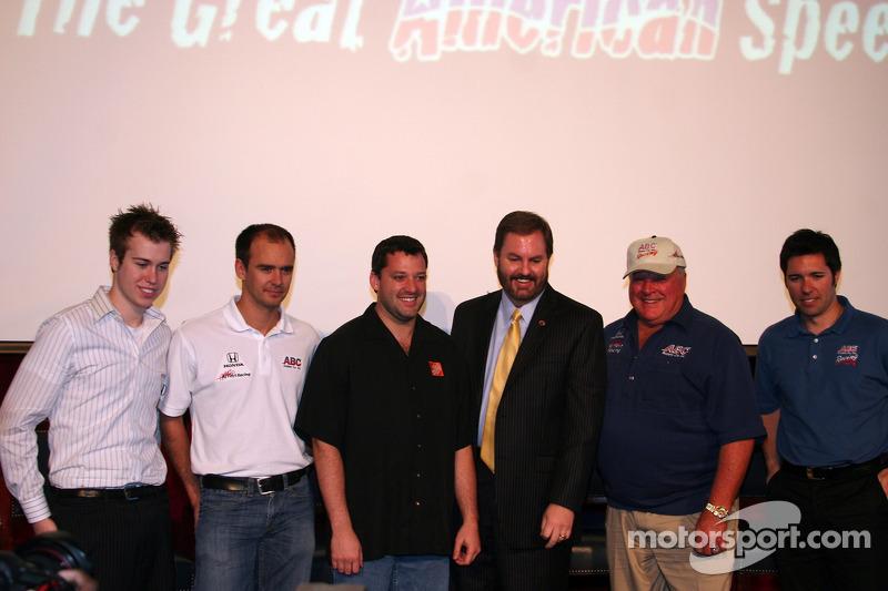 CR, Darren Manning, Tony Stewart, Eddie Gossage, AJ Foyt Jr. et Larry Foyt partagent la scène lors de la Journée des médias au Texas Motor Speedway