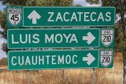 Señal de tráfico con el nombre de la ex copiloto de Carlos Sainz, Luis Moya
