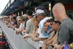 Les fans regardent leurs pilotes favoris dans la nouvelle expansion au Las Vegas Motor Speedway