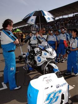 Shinya Nakano on the starting grid