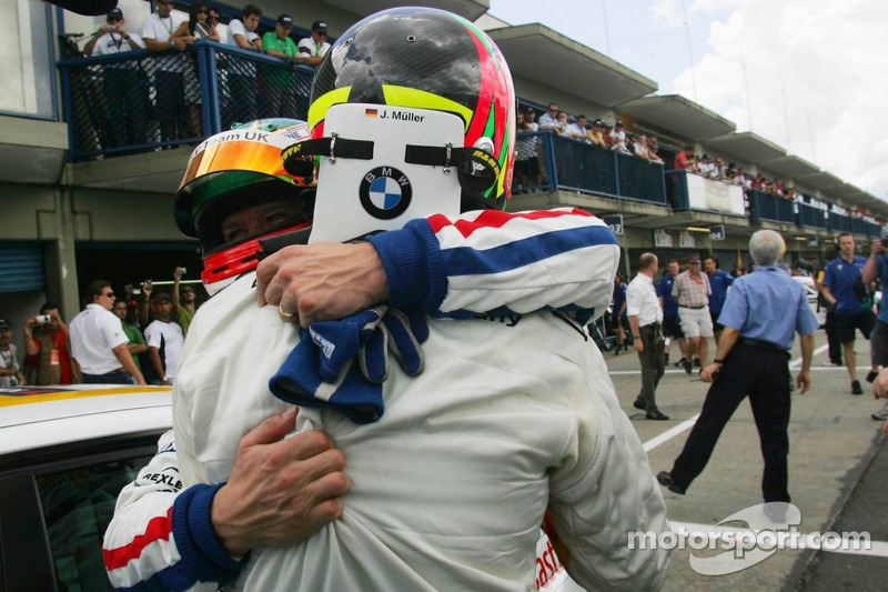 Le vainqueur de la course 1, Jorg Muller, BMW Team Germany, BMW 320si WTCC et Andy Priaulx, BMW Team UK, BMW 320si WTCC