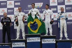 Le vainqueur, Augusto Farfus, BMW Team Germany, BMW 320si WTCC, 2nd, Andy Priaulx, BMW Team UK, BMW 320si WTCC, 3rd, Jorg Muller, BMW Team Germany, BMW 320si WTCC, et le vainqueur Independent, Luca Rangoni, Proteam Motorsport, BMW 320si WTCC