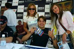 Séance d'autographe pour Augusto Farfus