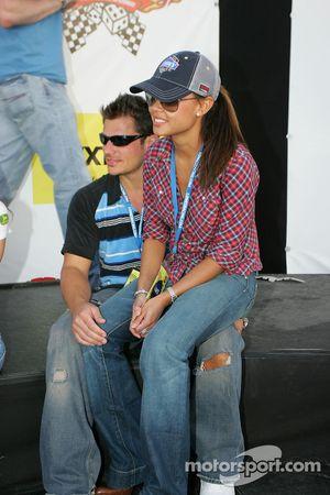 Nick Lachey et Vanessa Minnillo regardent Jimmie Johnson fêter sa victoire