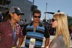 Vanessa Minillo et Nick Lachey parlent avec Chandra Johnson, la femme de Jimmie Johnson