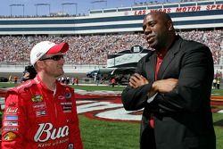 Dale Earnhardt Jr parle avec Magic Johnson