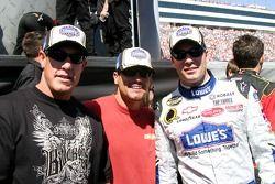 Les frères Marcus et Brian Giles pris en photo avec Jimmie Johnson