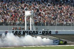 Vainqueur de la course Jimmie Johnson effectue un burnout sur la piste