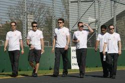 Fernando Alonso, McLaren Mercedes, marche autour du circuit avec son équipe