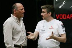 Ron Dennis parle avec un membre de McLaren Mercedes