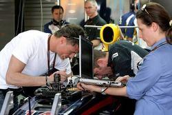 David Coulthard avec un ingénieur FIA