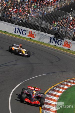 Lewis Hamilton, McLaren Mercedes, MP4-22, y Giancarlo Fisichella, Renault F1 Team, R27