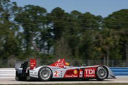 Blown tire for #2 Audi Sport North America Audi R10 TDI Power: Emanuele Pirro, Marco Werner, Frank Biela