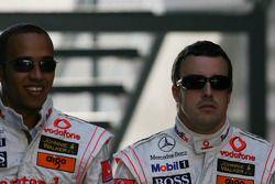 Lewis Hamilton, McLaren Mercedes, y Fernando Alonso, McLaren Mercedes
