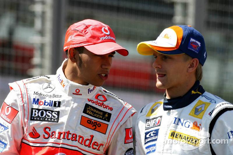 Lewis Hamilton, McLaren Mercedes, y Heikki Kovalainen, Renault F1 Team