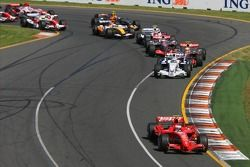 Largada: 1° Kimi Raikkonen, Scuderia Ferrari, F2007, 2° Nick Heidfeld, BMW Sauber F1 Team, F1.07, 3°