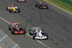 Robert Kubica, BMW Sauber F1 Team, F1.07, y Lewis Hamilton, McLaren Mercedes, MP4-22