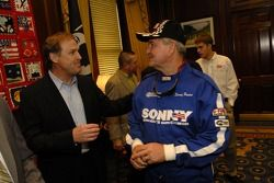 Rusty Wallace parle avec le gouverneur de la Géorgie Sonny Perdue