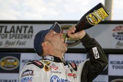 Victory Lane: Jimmie Johnson bénéficie du champagne pour le gagnant