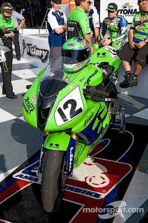 La n°12 Kawasaki à l'honneur après avoir terminé à la 2e place dans le 2007 Honda 200
