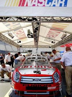 La voiture de Kenseth Matt passe par l'inspection technique