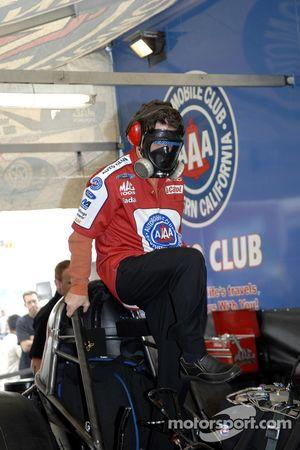 Eric Melden aide à la préparation de sa voiture