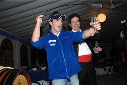 Тони Элиас пробует вино