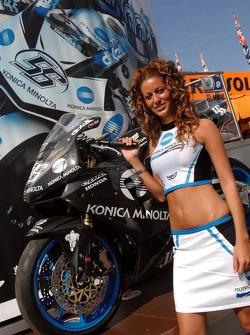 Une jolie jeune femme Konica Minolta