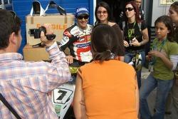 Carlos Checa pose pour les fans