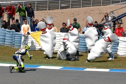 Valentino Rossi joue au bowling humain pour fêter sa victoire