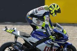 Ganador de la carrera Valentino Rossi celebra