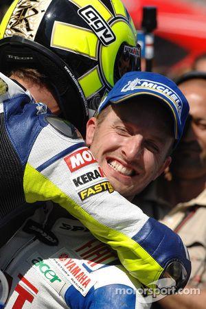 Ganador de la carrera Valentino Rossi celebra con Colin Edwards
