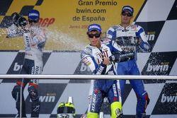 Podium: champagne voor Valentino Rossi, Dani Pedrosa en Colin Edwards