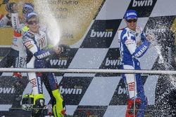 Podium: champagne pour Valentino Rossi, Dani Pedrosa et Colin Edwards