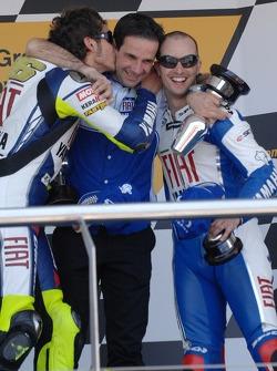 Podium : Valentino Rossi célèbre sa victoire avec Colin Edwards et Davide Brivio