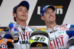 Podium: Valentino Rossi célèbre avec Colin Edwards sa victoire
